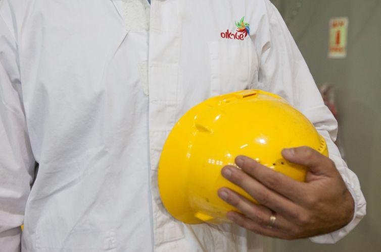 לומדת בטיחות ואיכות המוצר לעובד חדש
